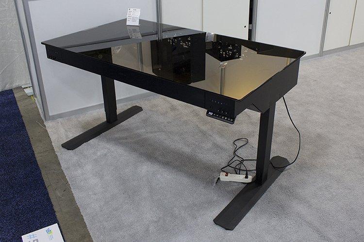 ces 2017 un nouveau desk et une table de bench chez lian li. Black Bedroom Furniture Sets. Home Design Ideas